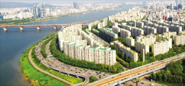 최근 서울 집값이 급등하면서 부모에게 자산을 물려받은 30대들만 '내 집 마련'에 성공하는 부동산 양극화 현상이 짙어지고 있다. 강남 최고 부촌으로 꼽히는 압구정 현대아파트.  한경DB
