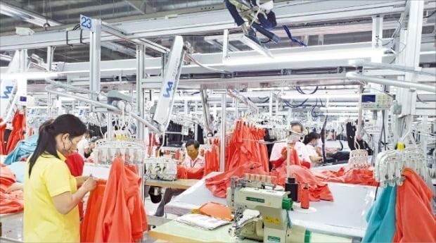 베트남 현지 직원들이 지난 15일 한세베트남 띠엔장(TG) 생산법인에서 의류를 제작하고 있다.  /베트남(띠엔장)=나수지 기자
