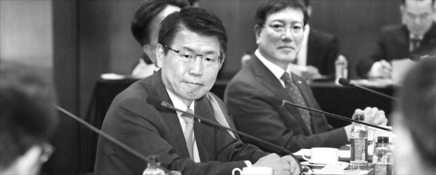은성수 금융위원장(맨 왼쪽)이 17일 서울 명동 은행회관에서 열린 제38차 금융중심지추진위원회 회의를 주재하고 있다.  금융위원회 제공