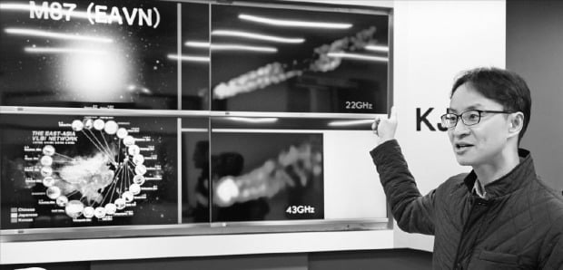정태현 한국천문연구원 한국우주전파관측망(KVN) 그룹장이 KVN을 활용한 연구 성과를 소개하고 있다. KVN은 연세대, 울산대, 탐라대 등이 보유하고 있는 직경 21m짜리 전파망원경을 연결해 만든 천체 관측 장비다.    한국천문연구원 제공
