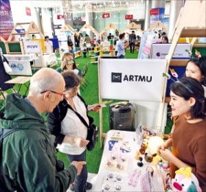 관람객들이 관광벤처기업의 여행 관련 제품과 서비스를 둘러보고 있다.