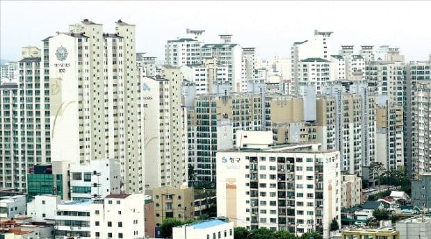 전국 각지의 투자자들이 서울, 대구, 대전 등 주요 도시의 아파트 투자에 나서고 있다. 외지인 매입비율이 10%대로 증가한 대구 수성구 범어동 일대 아파트 밀집지역.  /한경DB