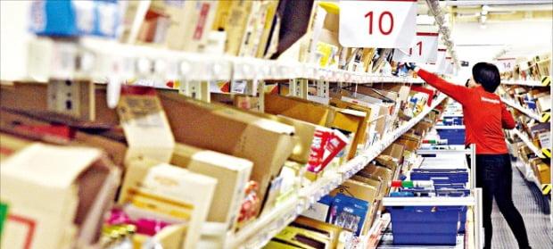 홈플러스 원천점 온라인 물류센터에서 직원이 바구니에 제품을 담고 있다.   /홈플러스  제공