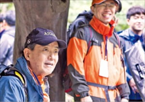 김윤 삼양그룹 회장(맨 왼쪽)이 산행 도중 임직원들과 대화하고 있다.  /삼양그룹  제공