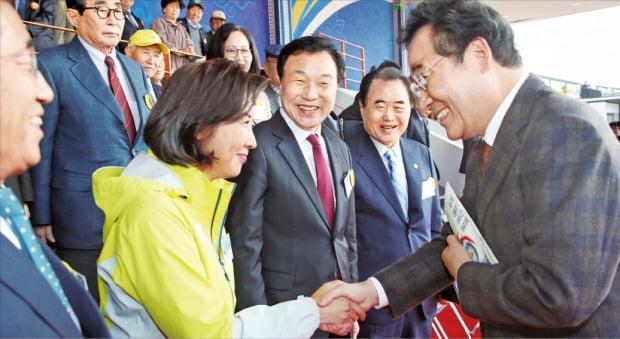 이북도민 체육대회 참석한 이낙연 총리, 나경원 한국당 원내대표와 악수