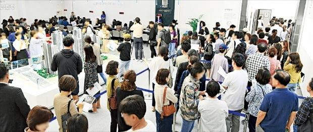 지난달 분양한 서울 삼성동 '래미안 라클래시' 아파트 모델하우스를 찾은 방문객들. 이 단지 당첨자의 90%는 40~50대였다.  /한경DB