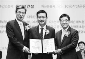 왼쪽부터 허인 국민은행장, 김일평 넥스트레인 사장, 이영훈 포스코건설 대표.  /국민은행  제공