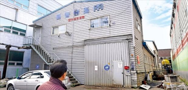 경기 침체로 재고가 쌓이자 가동을 멈추거나 문을 닫는 공장이 늘고 있다. 지난 18일 인천 남동공단에 법원 경매로 넘어간 한 공장 건물이 방치돼 있다.  /강은구  기자  egkang@hankyung.com