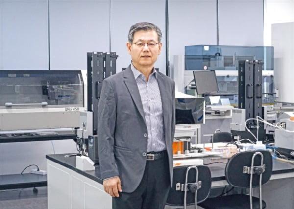박영우 와이바이오로직스 대표가 대전 본사 연구소에서 면역항암제 후보물질 개발 상황을 설명하고 있다. 와이바이오로직스 제공