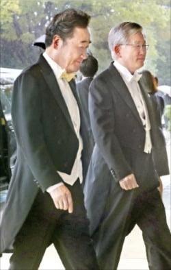 이낙연 국무총리(왼쪽)가 22일 일본 도쿄에서 열린 나루히토(德仁) 일왕의 즉위식에 남관표 주일대사(오른쪽)와 함께 한국 정부 대표로 참석했다. 연미복을 입은 이 총리와 남 대사가 일왕 거처인 고쿄(皇居·왕궁)로 들어가고 있다.  /연합뉴스