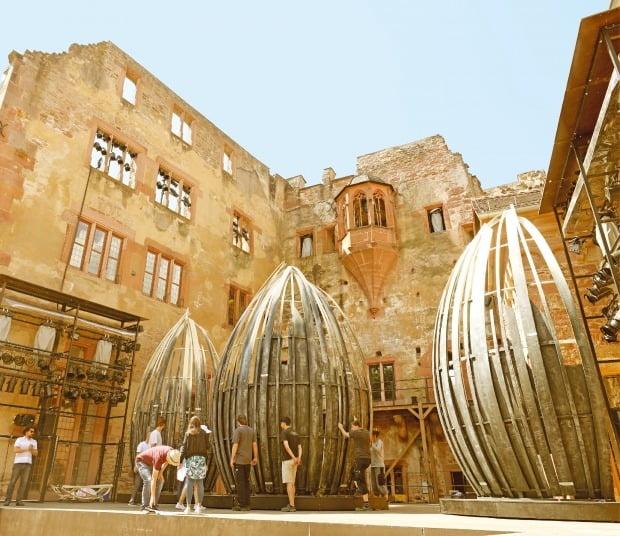 독일에서 가장 아름다운 르네상스 양식 건축물로 손꼽히는 하이델베르크 성에서 예술가들이 공연 준비를 하고 있다.