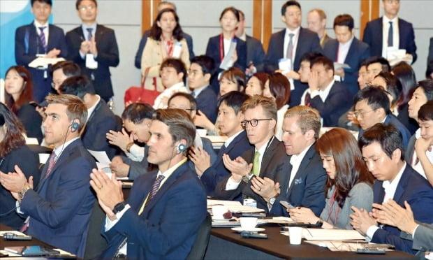 < 글로벌 부동산·인프라 투자 컨퍼런스…24개국 투자전문가 한자리에 > 한국경제신문사가 주최한 국내 최대 대체투자 행사인 'ASK 2019 글로벌 부동산·인프라 투자 컨퍼런스'가 23일 서울 여의도 콘래드호텔에서 열렸다. 이날 행사에는 세계 24개국에서 투자전문가 750명이 참가했다. 참석자들이 주제발표를 듣고 있다.  김영우 기자 youngwoo@hankyung.com