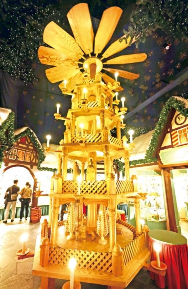 1년 365일 크리스마스용품을 파는 거대한 마을 같은 상점 케테 볼파르트.