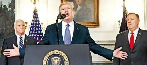 """< """"미군 과제는 세계 치안 아니다"""" > 도널드 트럼프 미국 대통령(가운데)은 23일(현지시간) 백악관 성명을 통해 """"미군의 과제는 세계의 치안을 유지하는 것이 아니다""""고 발표했다. 마이크 펜스 부통령(왼쪽)과 마이크 폼페이오 국무장관이 배석했다.   AFP연합뉴스"""