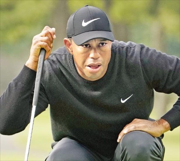 '골프 황제' 타이거 우즈가 24일 일본 지바현 아코디아골프 나라시노CC에서 열린 미국프로골프(PGA)투어 조조챔피언십 1라운드 2번홀에서 그린을 읽고 있다.   /AFP연합뉴스