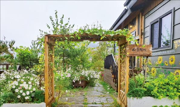 김경래 씨의 전원주택과 그가 직접 운영하고 있는 카페 '시골편지' 입구.