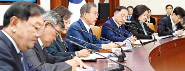 문재인 대통령이 25일 정부서울청사에서 열린 교육관계장관회의에서 발언하고 있다.  허문찬 기자 sweat@hankyung.com