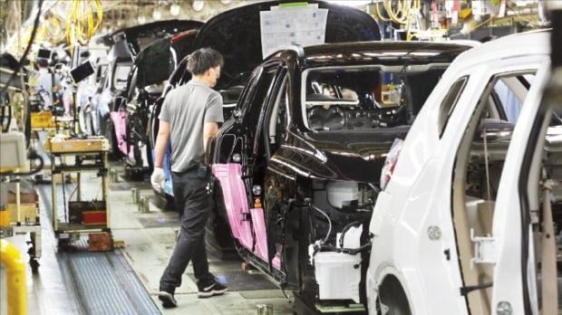 르노삼성자동차는 최근 검토 중인 세 가지 추가 구조조정 방안을 노조에 전달했다. 르노삼성 부산공장에서 근로자들이 작업하고 있다.  /한경DB