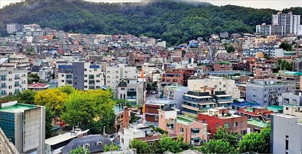 서울 은평구 갈현1구역 조합이 현대건설의 시공사 자격을 박탈했다. 정비사업 사상 시공사 입찰을 무효화한 건 이번이 처음이다. 노후 주택이 모여 있는 갈현1구역 일대.  /한경DB