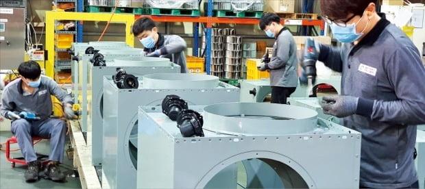 환풍기와 열교환기를 생산하는 중소기업 대륜산업 직원들이 지난 25일 전북 완주군에 있는 공장에서 제품을 조립하고 있다. 이 회사는 올해 삼성전자의 '스마트공장 지원 사업' 대상 업체로 선정됐다.  /정인설  기자
