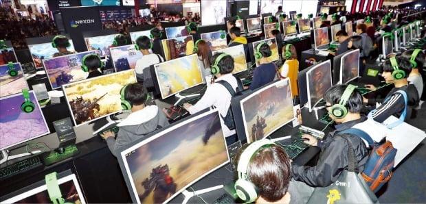 게이머들이 지난해 부산 벡스코(BEXCO)에서 열린 국내 최대 게임전시회 '지스타(G-STAR)'에서 PC게임을 하고 있다.  /한경DB