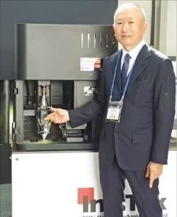 선두훈 인스텍 대표가 29일 최대 여섯 가지 금속 분말을 동시에 혼합 적층할 수 있는 신제품 금속 3차원(3D)프린터를 소개하고 있다.  /김낙훈 기자