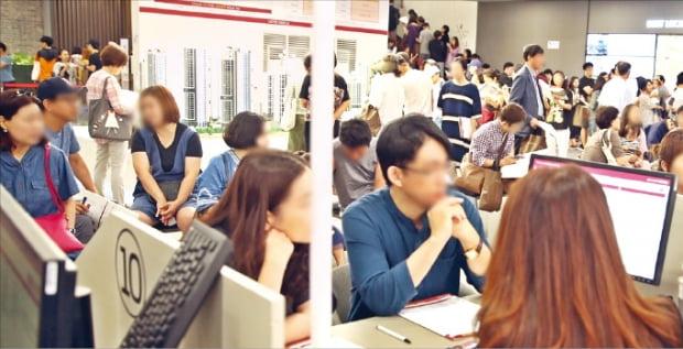 2만3565명이 1순위에 청약한 서울 '송파 시그니처 롯데캐슬' 모델하우스. 분양가 상한제를 앞두고 청약 수요가 몰렸지만 기관추천 특별공급에선 미달이 났다.  한경DB
