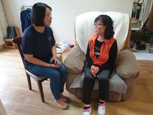 서초구 1인가구 지원센터 소속 사회복지사(왼쪽)가 지난달 25일 서울 서초구 양재동에 있는 주택을 방문해 주민에게 혼자 생활하는 데 불편함이 없는지를 묻고 있다. 박진우 기자