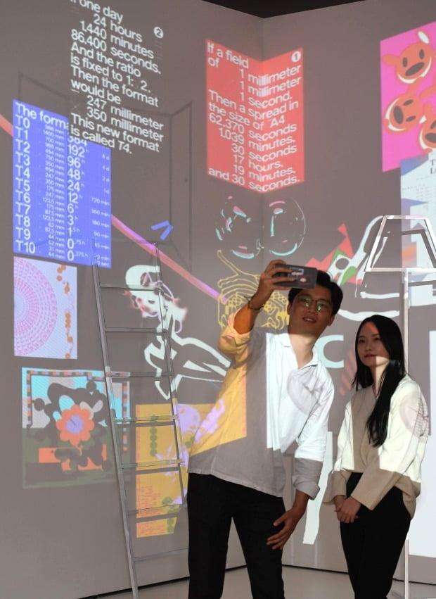 관람객들이  타이포그래피를 주제로한 영상 작품 앞에서 사진을 찍고 있다. 신경훈 기자 khshin@hankyung.com