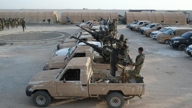 8일 터키와 국경을 맞대고 있는 시리아 북부 아자스 지역에서 터키가 지원하는 시리아국가군이 군사 작전을 앞두고 이동을 준비하고 있다. EPA연합뉴스