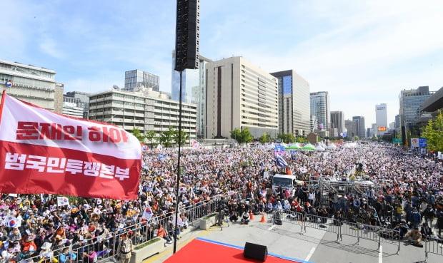 지난 9일 서울 광화문 일대에서 '문재인 하야 범국민운동본부' 등 보수단체 회원들이 조국 법무부 장관 사퇴를 촉구하는 집회를 하고 있다. 강은구기자 egkang@hankyung.com  2019.10.9