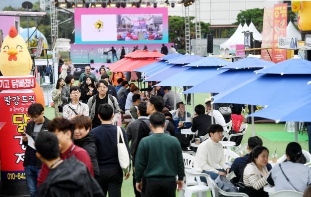 도심 여행문화축제 '여행페스타 2019'가 일요일인 20일까지 서울 삼성동 코엑스광장과 K팝광장, 실내 동측로비에서 펼쳐진다. 여행의 기술을 주제로 열리는 여행페스타는 올해 코엑스광장에 세계 10개국 12종의 세계 전통요리를 맛볼 수 있는 '맛리단길'을 조성했다. / 허문찬기자  sweat@hankyung.com