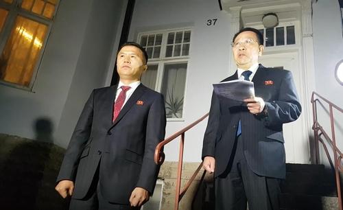 北, 북미협상 결렬 선언하며 '비난전'…취재진 앞서 성명 발표