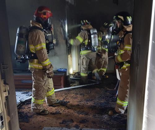 퇴근길에 아파트 화재 현장 뛰어들어 아기 구출한 경찰관
