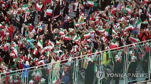 """[르포] 이란 여성 축구장 처음 들어가던 날…""""벅찬 눈물 흘러"""""""