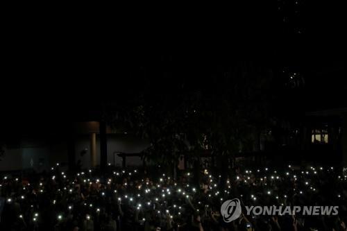 홍콩 시위대, '경찰 만행 규탄' 2km 인간 띠 만들어