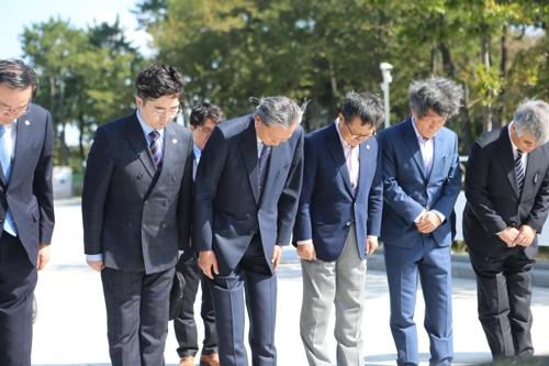 """""""역사 교훈이 미래 만든다"""" 사죄의 고개 숙인 하토야마 전 총리"""