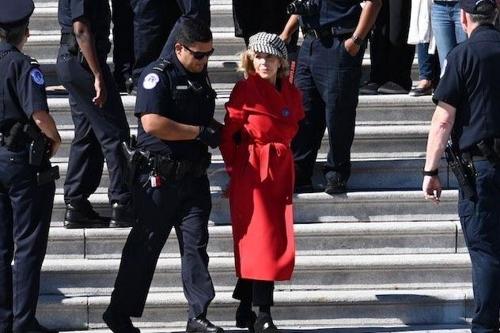 기후변화 '투사' 변신 81세 제인 폰다…美의회 앞 시위 체포