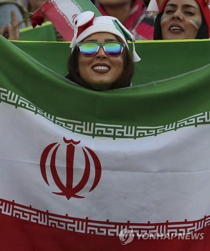 이란 보수매체, 여성 축구장 입장 '외면'…개혁진영은 반색