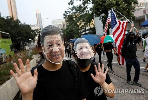 마스크 쓴 홍콩 시위대 다시 거리로…지하철역에 화염병 투척도