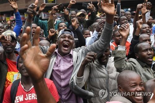 케냐 국민, 역사적 기록 세운 마라토너 킵초게에 환호