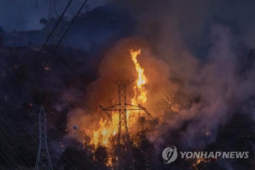 美 LA 인근 산불 피해 확산…주민 3명 사망·가옥 100여채 전소(종합)