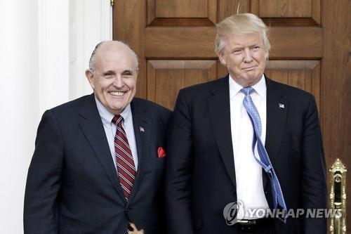 """트럼프, 줄리아니와 선긋기? 논란 빚자 """"훌륭한 변호사"""" 감싸"""