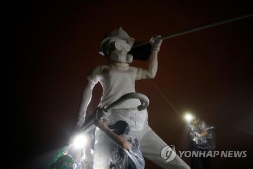 홍콩 시위대, 랜드마크 사자산 정상에 '자유의 여인상' 설치