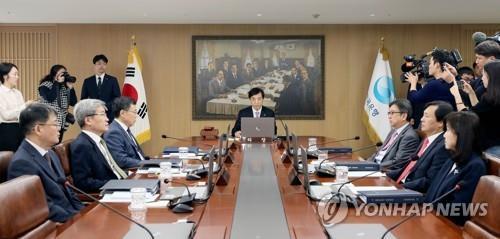 """금통위원 2명 반대에도…""""2% 성장 위태롭다"""" 금리 인하"""