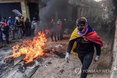 에콰도르 反정부 시위로 5명 사망…원주민은 경찰 인질로 붙잡아
