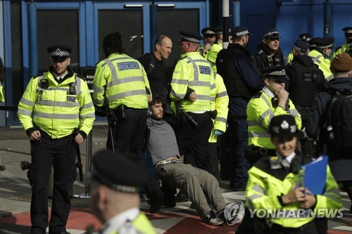 '멸종저항' 시위대, 런던 시티공항 점거 시도