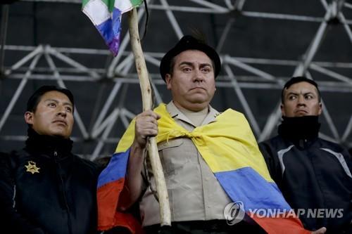 시위대에 인질로 잡힌 경찰…에콰도르 反정부 시위 격화(종합)