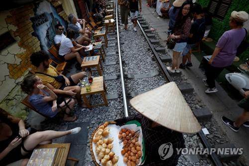 베트남 하노이 명소 '기찻길 카페' 사라져…사고 위험에 철거(종합)