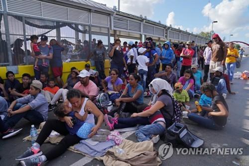 기약없는 미국행에 지친 중미 이민자, 美-멕시코 국경다리 점거